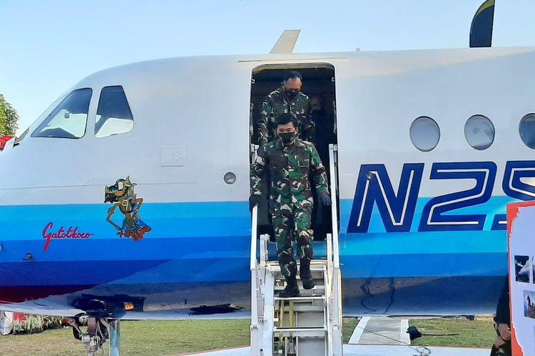 Panglima TNI Marsekal Hadi Tjahjanto usai melihat bagian dalam pesawat pertama buatan Indonesia, N-250 Gatotkaca yang kini menjadi koleksi Museum Pusat TNI-AU Dirgantara Mandala Yogyakarta.
