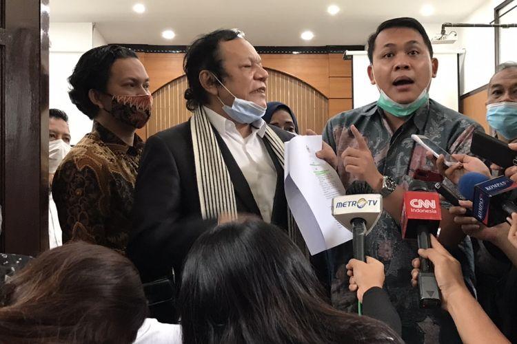 Tim kuasa hukum tersangka kasus penghasutan dan kerumunan, Rizieq Shihab memberikan keterangan pers di sela-sela sidang praperadilan hari ketiga di Pengadilan Negeri Jakarta Selatan, Pasar Minggu, Jakarta pada Rabu (6/1/2021) sore.