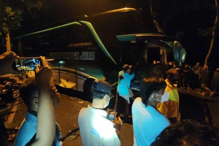 Kecelakaan beruntun yang melibatkan satu bus dan tiga mobil di Desa Banjarsari Kidul, Kecamatan Sokaraja, Kabupaten Banyumas, Jawa Tengah, Rabu (23/6/2021).
