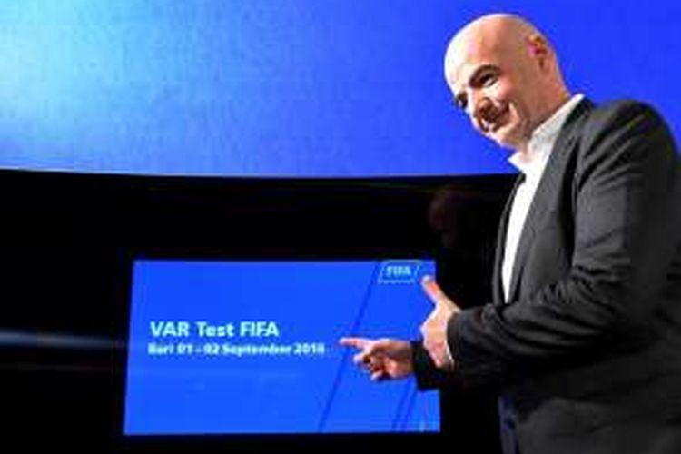 Presiden FIFA, Gianni Infantino, menjalani konferensi pers tentang Video Assistant Referees (VAR), atau Teknologi video tayangan ulang, di Stadion San Nicola, Bari, 2 September 2016.
