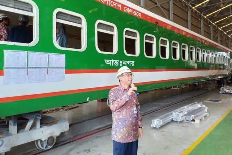 Direktur Utama PT INKA, Budi Noviantoro menunjukkan satu dari 250 kereta pesanan Bangladesh.