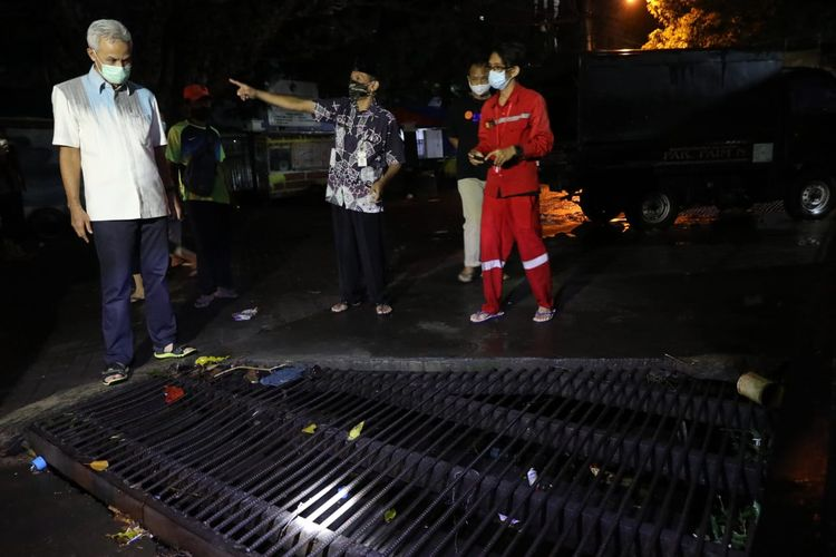 Gubernur Jawa Tengah (Jateng) Ganjar Pranowo terlihat sedang mengecek kondisi Kantor Gubernur Jawa Tengah (Jateng) di Jalan Pahlawan, Kota Semarang, setelah insiden kebanjiran selama 1,5 jam, Selasa (23/2/2021).