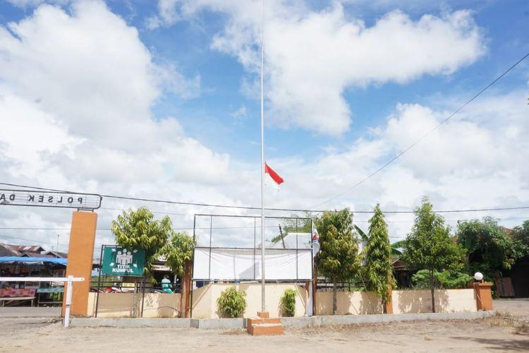 Untuk menghormati dan mengenang kepergian Bripka Leo Nardo Latupapua yang meninggal dunia akibat penyerangan yang dilakukan simpatisan ISIS, Polsek Daha Selatan mengibarkan bendera setengah tiang selama beberapa hari kedepan.