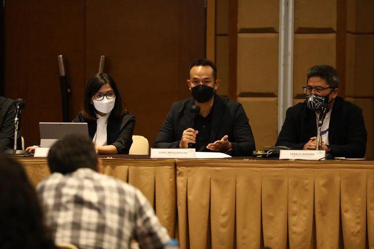 Ketua Panitia FIBA Asia Cup Indonesia 2021, Junas Miradiarsyah (tengah) memimpin rapat pleno perdana di Jakarta, Selasa, 20 April 2021