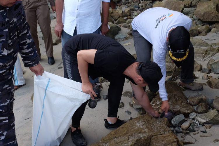 Pelaksana Tugas (Plt) Bupati Trenggalek, Mochammad Nur Arifin atau Gus Ipin ikut membersihkan sampah di sepanjang garis panai selatan Kecamatan Watulimo, Trenggalek, Jawa Timur pada Rabu (24/4/19).