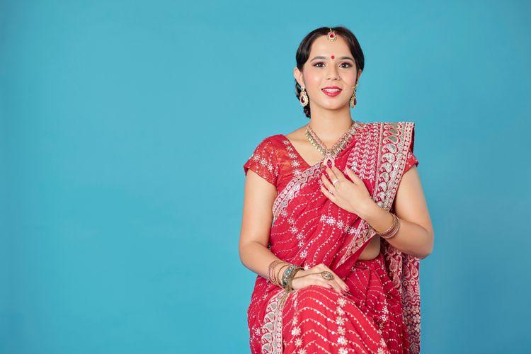 Ilustrasi wanita India mengenakan kain sari.