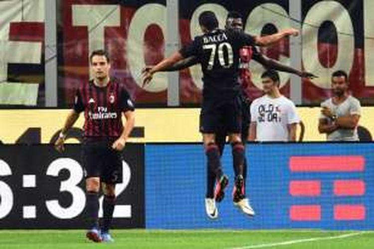 Carlos Bacca merayakan gol AC Milan ke gawang Lazio pada lanjutan Serie A di Stadion San Siro, Selasa (20/9/2016).