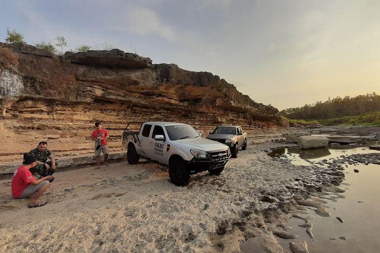 Mobil 4X4 Menuyusuri Sungai Oya yang Mengering di Kabupaten Gunungkidul, Yogyakarta