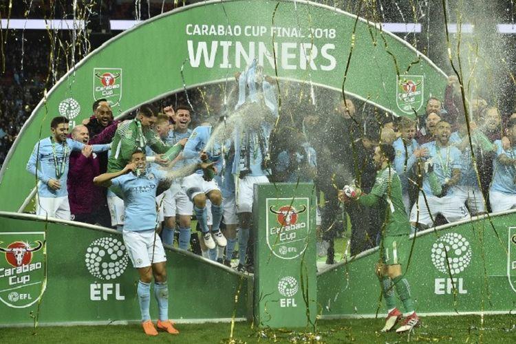 Para pemain Manchester City merayakan keberhasilan menjadi juara Piala Liga Inggris seusai mengalahkan Arsenal di Stadion Wembley, Minggu (25/2/2018).