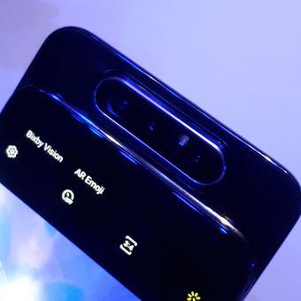 Galaxy A80 memiliki tiga kamera yang bisa berputar sehingga berfungsi sebagai kamera belakang sekaligus kamera depan.