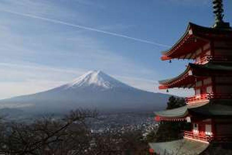 Gunung Fuji dengan latar belakang Pagoda Chureito di Prefektur Yamanashi, Jepang, Rabu (30/11/2016).