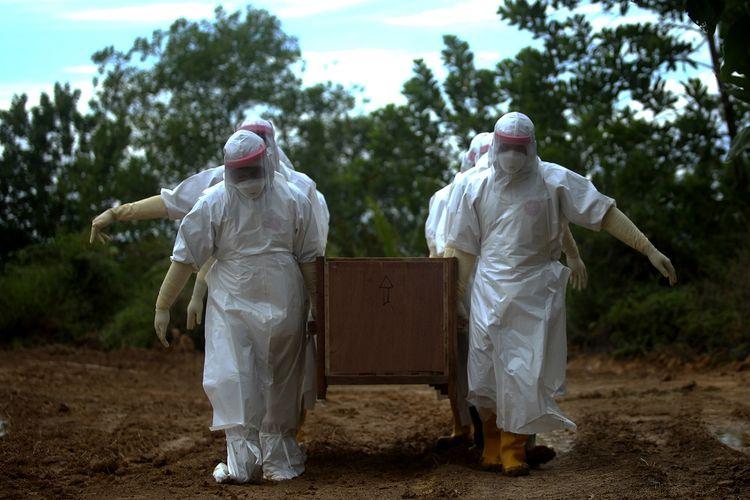 Petugas memakamkan jenazah Pasien Dalam Pengawasan (PDP) COVID-19 di lahan khusus pemakaman di Tarakan, Kalimantan Utara, Senin (4/5/2020). Sedikitnya lima jenazah PDP COVID-19 telah dimakamkan di pemakaman khusus yang disediakan Pemkot Tarakan tersebut. ANTARA FOTO/Fachrurrozi/zk/pras.