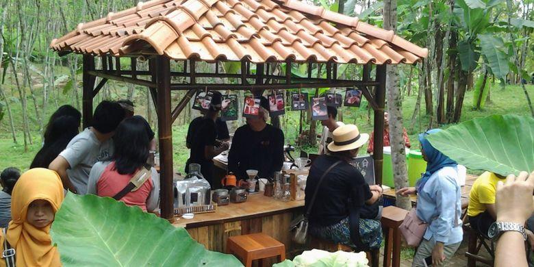 Setelah capek selfie di Radja Pendapa, Kendal, Jawa Tengah, wisatawan bisa juga menikmati kopi kendal, Minggu (5/11/2017).
