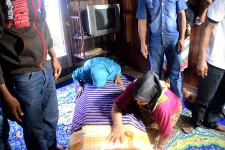 Jenazah korban sandera Abu Sayyaf, Hairudin, tiba di kampung halamannya di Desa Kalimas, Kecamatan Kaledupa, Kabupaten Wakatobi, Sulawesi Tenggara, Jumat (12/4/2019) sore.  Kedatangan jenazah Hairudin  disambut isak tangis keluarga yang telah beberapa hari menantikannya.
