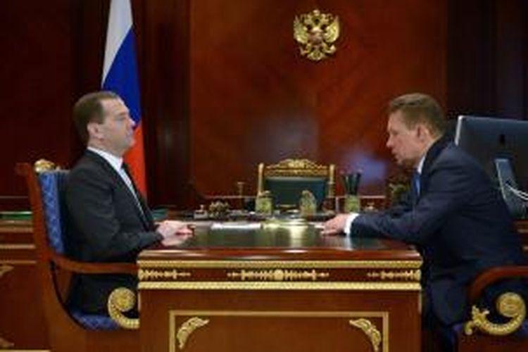 Perdana Menteri Rusia Dmitry Medvedev (kiri) melakukan pembicaraan dengan Direktur Gazprom Alexei Miller di Moskwa, Selasa (4/3/2014). Dalam pertemuan itu Alexei Miller melaporkan keputsan Gazprom mencabut diskon harga gas yang diimpor Ukraina.