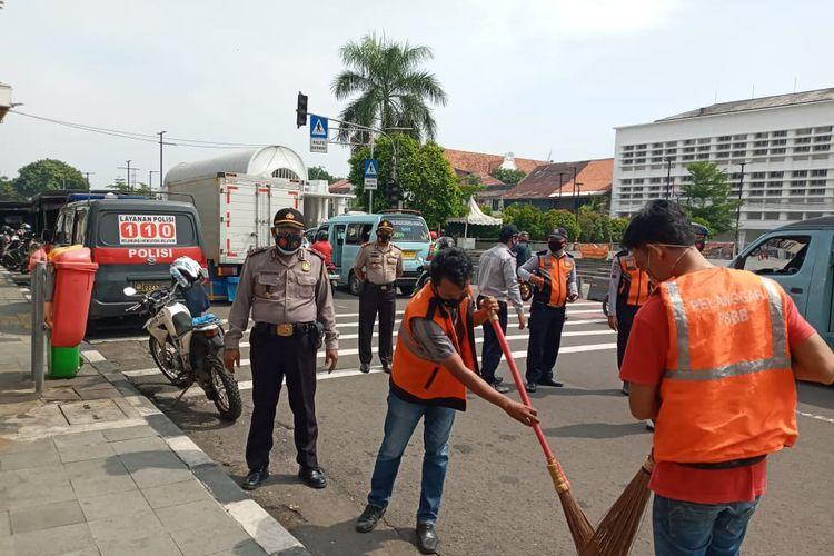 Operasi Yustisi di Tambora, Jakarta Barat, Sabtu (17/10/2020). Sejumlah warga yang kedapatan melanggar PSBB sedang melakukan sanksi sosial. Selain sanksi sosial, warga yang melanggar juga dapat membayar denda.