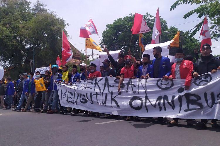 Seribu lebih mahasiswa yang tergabung dalam PMII dan GMNI Pamekasan, berunjuk rasa ke DPRD Pamekasan menolak Undang-undang Omnibus Law, Kamis (8/10/2020).