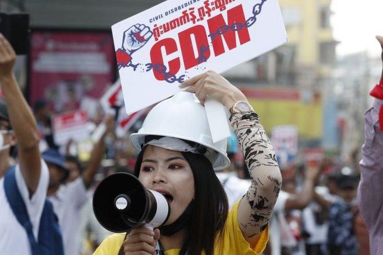 Seorang peserta unjuk rasa membawa plakat berupa ajakan mengikuti civil disobedience movement (CDM) atau gerakan pembangkangan sipil yang digulirkan sejak militer merebut kekuasaan pada 1 Februari.