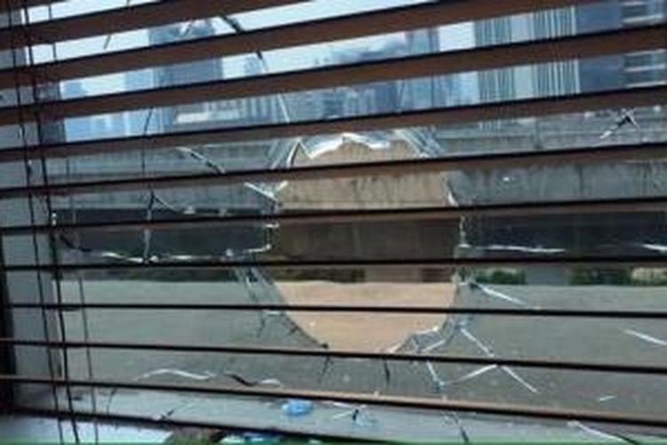 Lubang bekas peluru di kaca salah satu ruangan di Gedung Ditjen Ketenagalistrikan Kementerian Energi dan Sumber Daya Mineral di HR Rasuna Said, Kuningan, Jakarta Selatan, yang ditembak orang tak dikenal Kamis (10/9/2015).