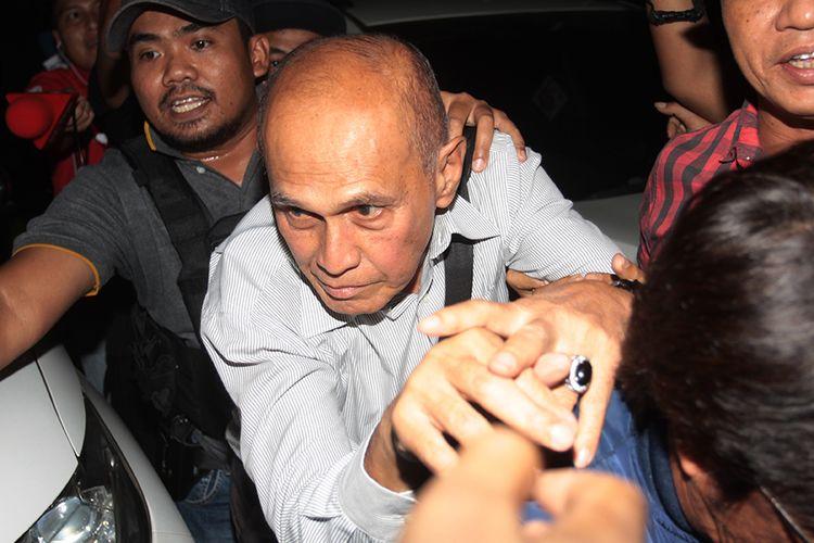 Tersangka kasus dugaan kepemilikan senjata api ilegal Kivlan Zen (tengah) dikawal polisi usai menjalani pemeriksaan di Ditreskrimum, Polda Metro Jaya, Jakarta, Kamis (30/5/2019). Polisi menahan Kivlan Zen di tahanan Rutan POM DAM Jaya Guntur, Jakarta Selatan karena disangka memiliki dan menguasai senjata api yang terkait dengan enam orang tersangka yang berniat membunuh empat tokoh nasional dan satu pimpinan lembaga survei.