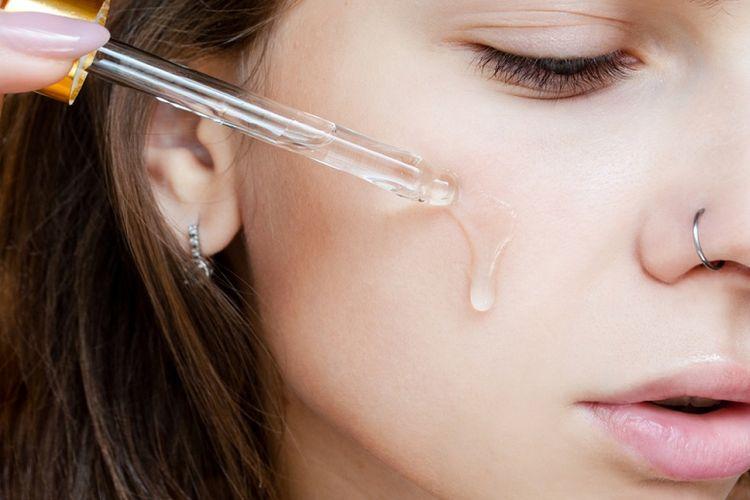 Ilustrasi menggunakan serum wajah (dok.shutterstock/ ECOSY)