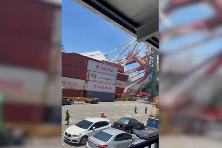 Crane yang jatuh setelah ditabrak kapal kargo 80.000 ton. [SS/YOUTUBE/ON DEMAND NEWS]