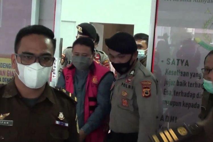 Dirut PDAM Kabupaten Takalar, Sulawesi Selatan digelandang usai ditetapkan sebagai tersangka oleh penyidik Kejaksaan Negeri Takalar atas kasus korupsi senilai Rp 1, 6 milyar. Selasa, (6/4/2021).