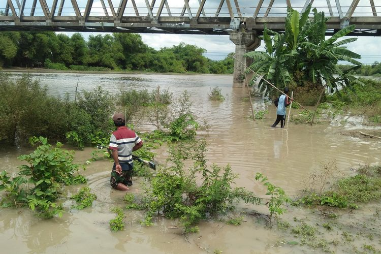 Warga mencari ikan di aliran Bengawan Solo saat kumbohan, Selasa (3/11/2020).