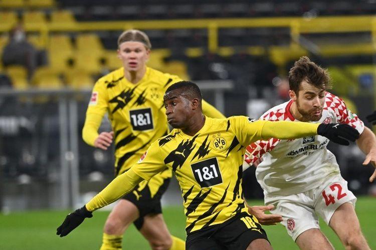 Penyerang Jerman Dortmund Youssoufa Moukoko (kiri) dan bek Jerman Mainz Alexander Hack bersaing memperebutkan bola selama pertandingan sepak bola divisi pertama Bundesliga Jerman antara BVB Borussia Dortmund dan 1 FSV Mainz 05 di Dortmund, Jerman barat, pada 16 Januari 2021.