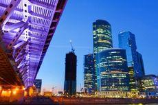 Labirint Bangkrut, Pelancong Rusia Terlantar