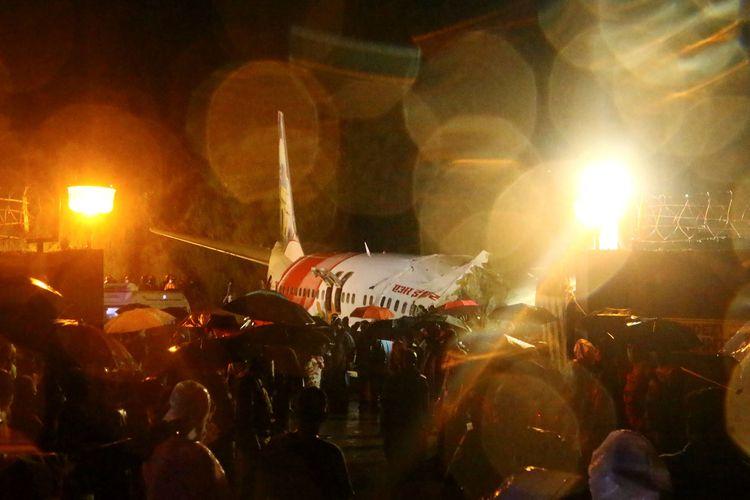Petugas penyelamat berusaha mencari korban setelah pesawat Air India Express tergelincir dari landasan pacu, dan jatuh di Bandara Internasional Calicut, Kerala, India, pada 7 Agustus 2020.