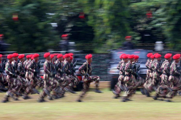 Prajurit Kopassus berlari meninggalkan lapangan seusai mengikuti Upacara HUT Ke-64 Kopassus di Markas Komando Kopassus, Cijantung, Jakarta, Sabtu (16/4). Sejumlah atraksi ketangkasan prajurit Kopassus turut memeriahkan acara ini.