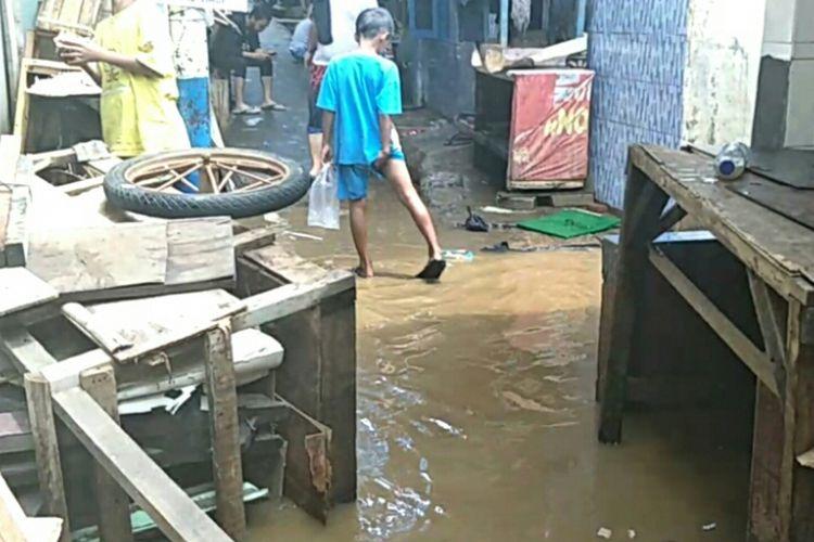 Banjir di Kebon Pala, Kampung Melayu,  Jakarta Timur mulai surut, Selasa (26/2/2019).