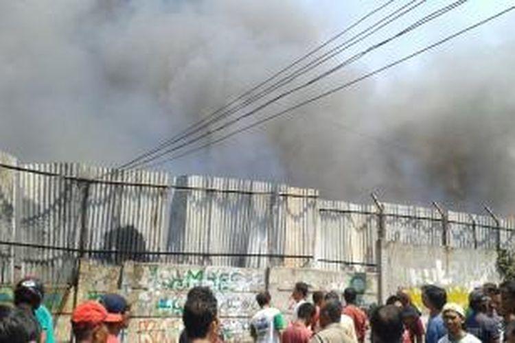 Kebakaran di proyek Apartemen Basura City, Jalan Cipinang Jaya 2E, Cipinang Besar Selatan, Jatinegara, Jakarta Timur. Rabu (24/9/2014)