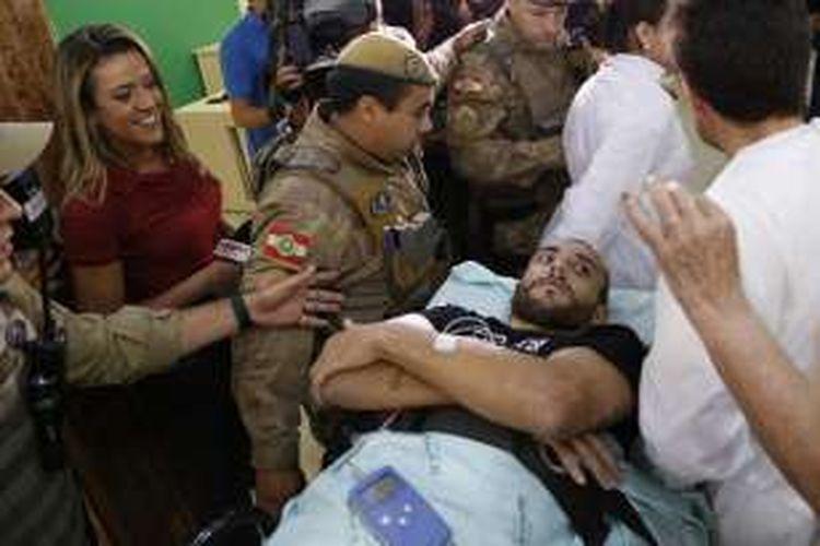 Pemain Chapecoense, Alan Ruschel (terbaring), tiba di rumah sakit di Chapeco, Santa Catarina, Brasil, pada 13 Desember 2016.