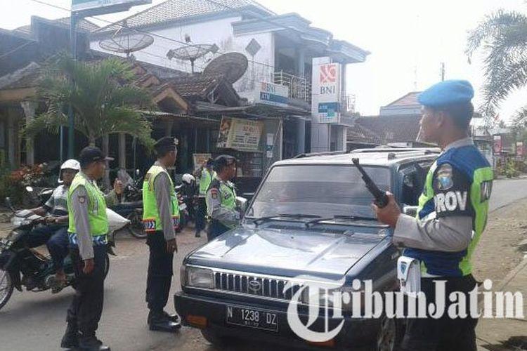 ILUSTRASI PENYEKATAN - Petugas kepolisian dari Polres Malang saat melakukan operasi penyekatan antisipasi pergerakan massa, Selasa (18/4/2017).
