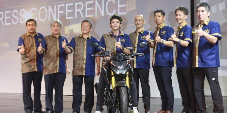 Pebalap Movistar Yamaha asal Italia, Valentino Rossi, berpose di atas motor terbaru Yamaha, Xabre, bersama para petinggi Yamaha pada acara peluncuran di Hotel Mulia, Nusa Dua, Bali, Selasa (26/1/2016).