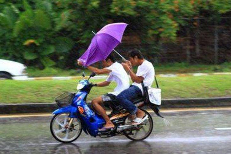 Naik motor pakai payung