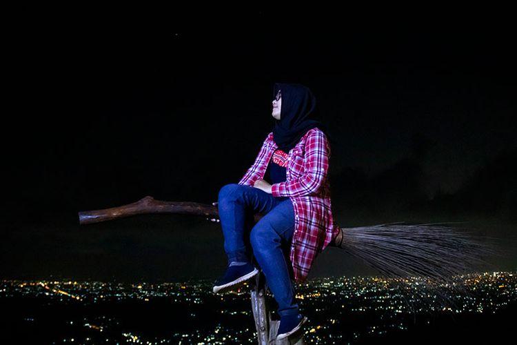 Spot Foto Sapu Terbang di Bukit Lintang Sewu, Yogyakarta.