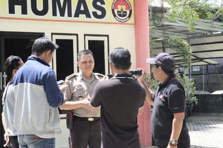 AKBP Wahyu Tri Cahyono, Kabid Humas Polda Gorontalo saat memberi keterangan ditangkapnya Kabag Ops Polres Boalemo