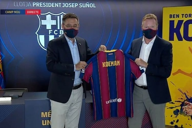 Pelatih baru FC Barcelona, Ronald Koeman, berpose dengan jersey Blaugrana bersama Presiden Josep Maria Bartomeu pada Rabu (19/8/2020).