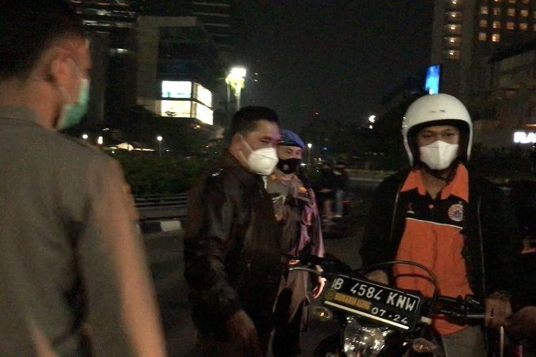 Kapolda Metro Jaya, Irjen Fadil Imran memberhentikan salah satu pendukung klub sepakbola Persija di Bundaran Hotel Indonesia. Jakarta Pusat pada Senin (26/4/2021) dini hari.