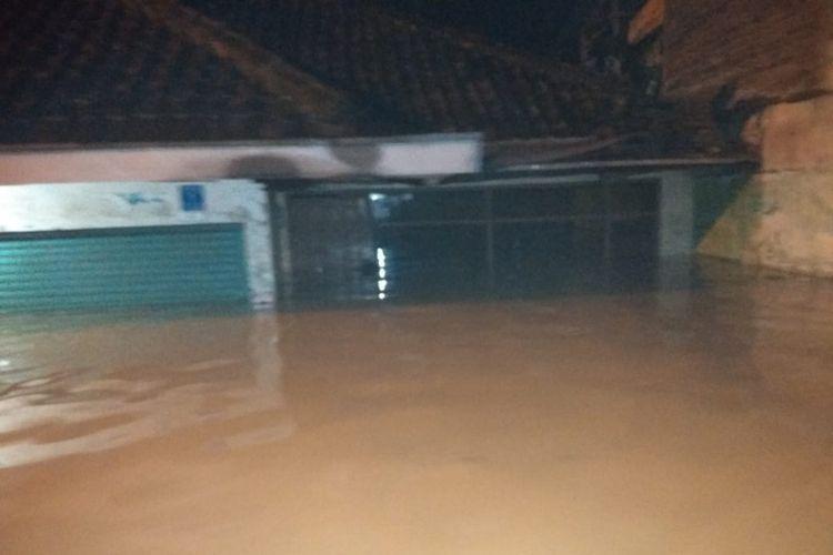 Tampak banjir merendam rumah warga di Kabupaten Bandung.