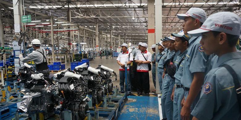 Para pelajar dan mahasiswa melakukan kunjungan ke pabrik Nissan dan Datsun.