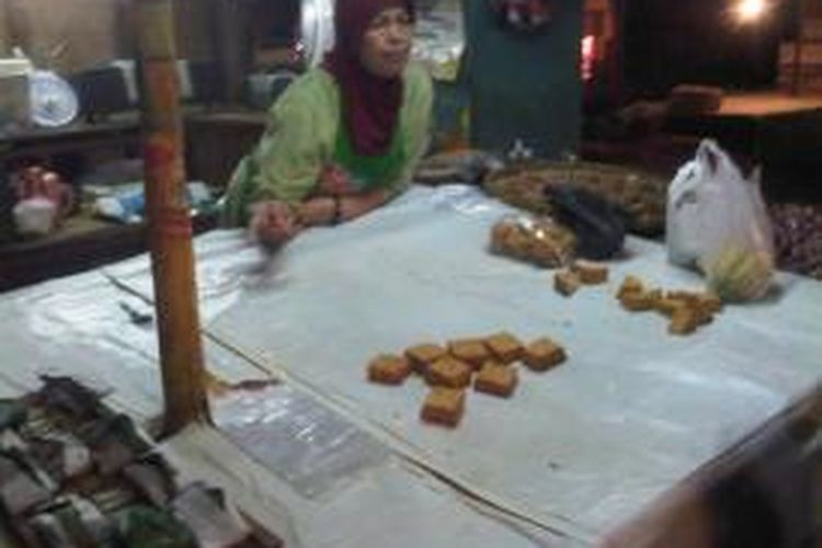 Pedagang tahu dan tempe di Pasar Bendungan Hilir, Jakarta Pusat, kembali menjajakan makanan tersebut, Kamis (12/9/2013). Selama tiga hari sebelumnya, para pedagang melakukan aksi mogok jualan tahu tempe.