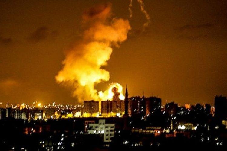 Asap mengepul di salah satu sudut Gaza City Rabu (8/8/2018) waktu setempat akibat serangan udara Israel. Tel Aviv melakukan gempuran sebagai bentuk balasan setelah Hamas menembakkan 150 roket ke wilayah mereka.