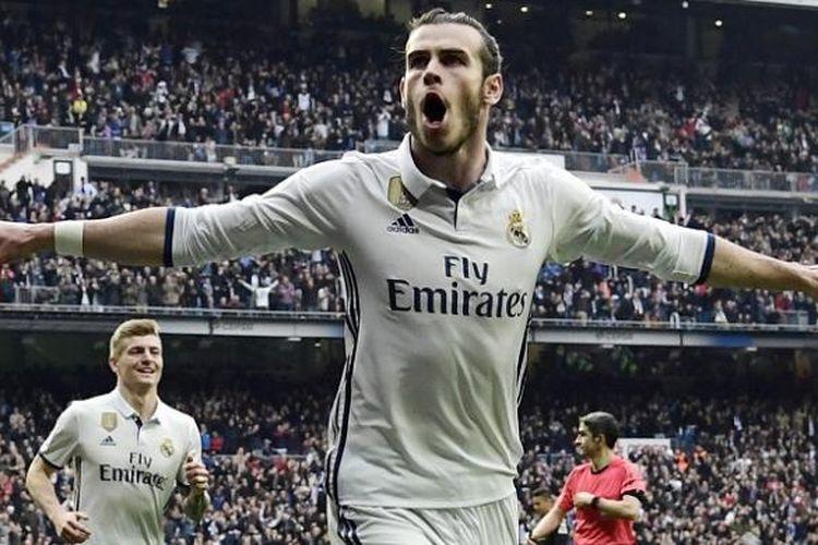 Pemain Real Madrid, Gareth Bale, melakukan selebrasi seusai mencetak gol ke gawang Espanyol, dalam lanjutan La Liga di Stadion Santiago Bernabeu, Sabtu (18/2/2017).