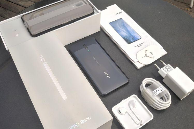 Ilustrasi unboxing Oppo Reno. Saat pengguna membeli Oppo Reno, mereka akan mendapatkan unit Oppo Reno, softcase, charger VOOC 3.0, kabel data, earphone, SIM ejector, serta buku panduan dan kartu garansi.