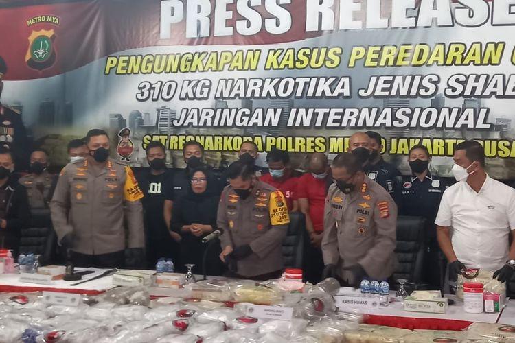 Konferensi pers pengungkapan penangkapan dua orang tersangka pengedar narkotika dengan barang bukti 310 kilogram sabu, pada Selasa (11/5/2021).