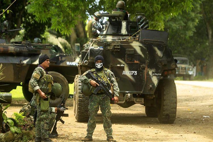 Dalam foto yang diambil pada September 2016 ini terlihat beberapa prajurit AD Filipina bersiaga di dekat kendaraan lapis baja di sebuah kamp militer di Jolo, prosvinsi Sulu, di pulau Mindanao, yang menjadi basis kelompok militan Abu Sayyaf.